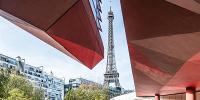 La tour Eiffel dans une découpure de l'avant-toit du musée du quai Branly-Jacques Chirac