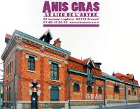 Vue des bâtiments en briques d'Anis Gras, en haut, logo 'ANIS GRAS - LE LIEU DE L'AUTRE'