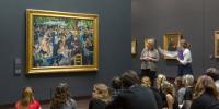 Une intervenante commente le Bal du moulin de la Galette d'Auguste Renoir au musée d'Orsay