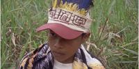 Copie d'écran, un amérindien en gros plan, en sous-titres 'La jungle est à vous.'