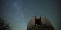 Vue de la coupole de l'observatoire de Haute-Provence ouverte, en fond, la Voie lactée