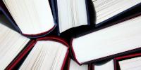 Gros plan sur des reliures de livres vues par la tranche