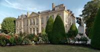 Musée Rodin: vue de l'hôtel Biron à Paris, au premier plan à droite sur un piédestal, le Penseur