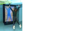 Illustration de #PhiloNum : une personne saute devant sa silhouette sur un écran