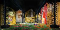 Vue de l'Atelier des lumières : des peintures de Klimt en projection du sol jusqu'au plafond