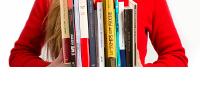 Visuel : une rangée de livres devant un buste de personne, les mains font serre-livres