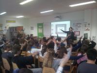 Claire Gibault avec les élèves en 2016, au mur 'Bienvenue Claire Gibault'