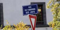 Plaque de rue 'RUE DU FAUBOURG DES JUIFS', dessous, un panneau de signalisation de cédez-le-passage