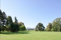 Le parc et le château de Rentilly au second-plan